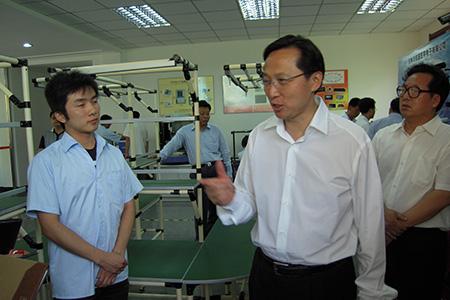 2009年,原吉林省省长韩长赋在我公司调研。