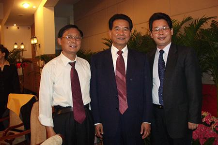 吴官正书记与杨洪总裁及高成主任在清华大学校友聚会上。
